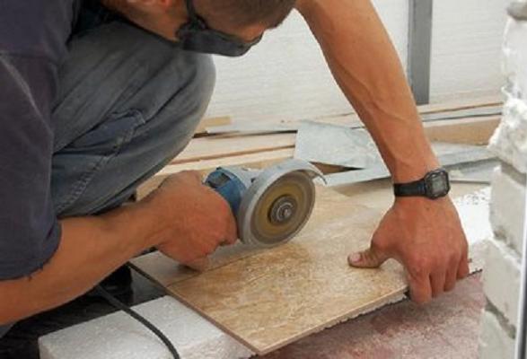 Come realizzare piastrelle decorative sulle scale. piastrellatura