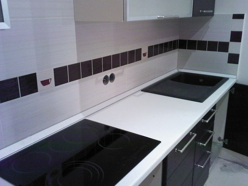 Divani Bianchi E Neri : Design della cucina con piastrelle nere. cucina in bianco e nero