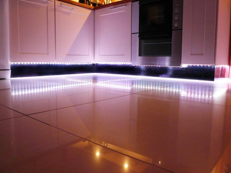 d6d2efdb371 LED-belysning mellem kabinetter, for eksempel, øger visuelt rummet. Lyset  afspejler kabinets overflader og øger den samlede belysning af rummet, ...