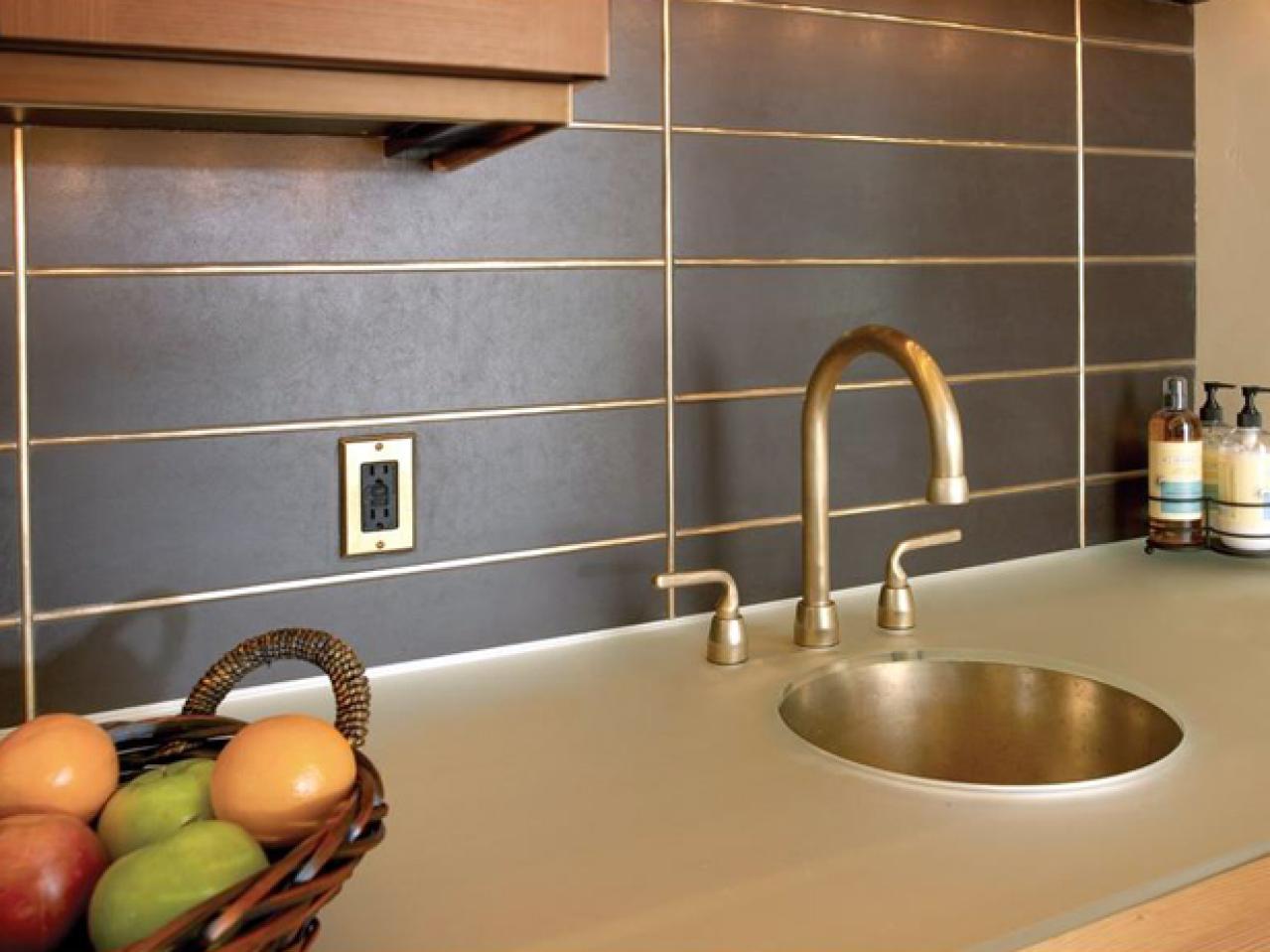 Grembiule nella cucina di piastrelle piastrelle sul grembiule per