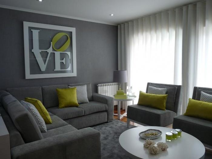 Foto Ini Menunjukkan Ruang Tamu Dengan Kertas Dinding Berwarna Kelabu Harmoni Ditambah Set Perabot Dan Tekstil