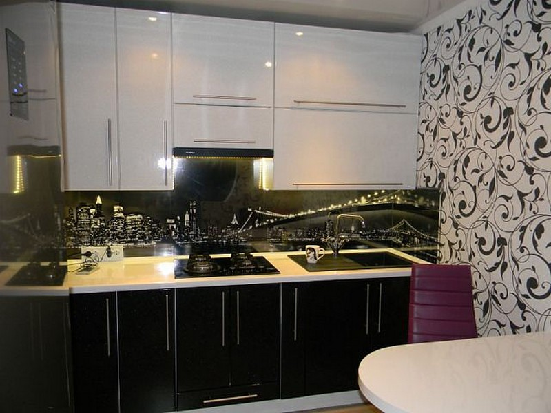 дизайн кухни с черной плиткой черно белая кухня обои шторы пол